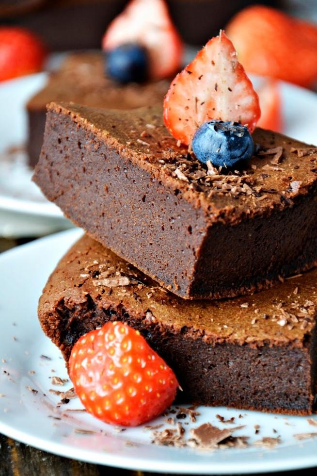 BROWNIE Z RUMEM :) Ciężkie, wilgotne i mocno czekoladowe ciasto, kto lubi? Klik w zdjęcie po przepis :)
