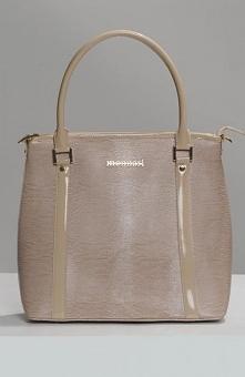 Monnari BAG3090-015 torebka Elegancka torebka, wykonana z lakierowanej eko skóry z dyskretną fakturą, przód zdobi biżuteryjne logo, do noszenia zarówno w ręce jak i przez ramię