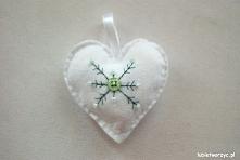Filcowe serduszko z motywem śnieżynki (kolor biały, z elementem zieleni)