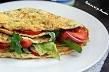 omlet ziołowy z pomidorem, rzodkiewka i salata