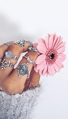 Kolejne pierścionki w stylu...