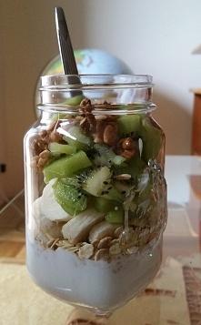 Drugie śniadanie: *100g jogurtu naturalnego *kiwi *pół banana *2 łyżki płatków owsianych *łyżka orzechów włoskich