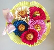 Bukiet z 5 lizaków Chupa chups. Konstrukcja wykonana z krepiny. Możliwość spersonalizowania bukietu- w tym celu prosimy o kontakt. więcej na kwiatyupominki.net