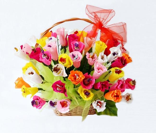 Słodki kosz z cukierków i kwiatów z krepiny, idealny prezent na komunie, podziękowanie dla rodziców. Różne ilości  Więcej na kwiatyupominki.net