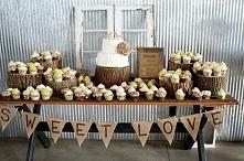 Słodki stół wśród drewna :)