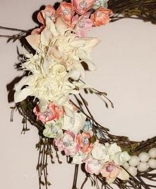 Wianek wiosenny. Baza z brzozowych witek. Kwiaty ręcznie robione z pianki ira...