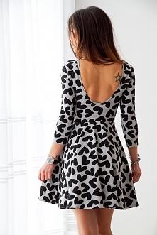 Szara sukienka z pełnego koła z dekoltem na plecach