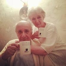 """dziadkowie z kubkami z napisem """"Małżeństwo jest fajne"""" :)"""