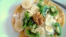 omlet z owocami i serkiem wiejskim ;)