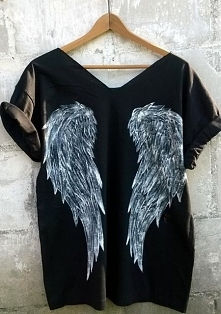 skrzydła na koszulce :) Wzór na tyle bluzki wykonany niespieralnymi farbami do tkanin.