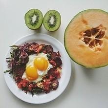 Szakszuka z kiełbaską z dzika i jarmużem plus owoce ❤ INSTAGRAM: wybierajzdrowo