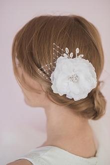 Niebanalny kwiat ślubny do włosów. Elegancja i szyk w najczystszej postaci :)  Dostępny w ślubnym sklepie internetowym Madame Allure.