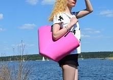 Różowy kosz plażowy