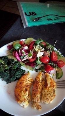 Obiad wykonany w 10 min gdy czasu brak. Piersi z kurczaka, szpinak i salata z pomidorami i ogorkiem