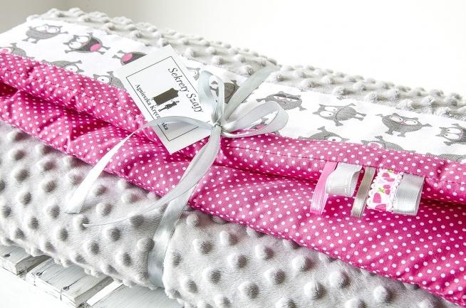 Posiadam do sprzedania nowy ręcznie szyty zestaw dla dziecka kołderka z poduszką.Komplet uszyty jest z tkanin bawełnianych i bardzo przyjemnej w dotyku tkaniny minky.Wymiary kołderka 87x100 cm poduszka.Serdecznie polecam 30x40 cm.