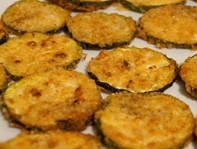 Chipsy z cukinii  składniki : cukinia mleko bułka tarta parmezan  oregano i b...