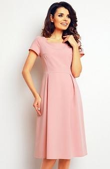 Infinite You M084 sukienka pudrowy róż Elegancka sukienka, wykonana z gładkiego materiału, krótki rękaw, spódnica ozdobiona kontrafałdami