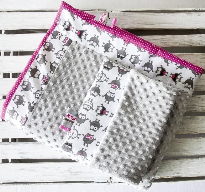 Posiadam do sprzedania nowy ręcznie szyty komplet dla dziecka.Zestaw uszyty jest z tkanin bawełnianych w zabawne stworki-potworki,groszki i minky.Wypełniony jest włókniną antyalergiczną.Kołderka jest lekka,puszysta i przyjemna w dotyku.Jedna strona kołderki jest uszyta z tkanin bawełnianych a druga strona z tkaniny bawełnianej połączona z minky.Całość tworzy efekt patchworku.Wymiary kołderka 87x100cm poduszka 30x40cm.Komplet może mieć wielorakie zastosowanie do wózka lub jak mata na podłogę.Zestaw jest uszyty z dużą starannością.Serdecznie polecam.
