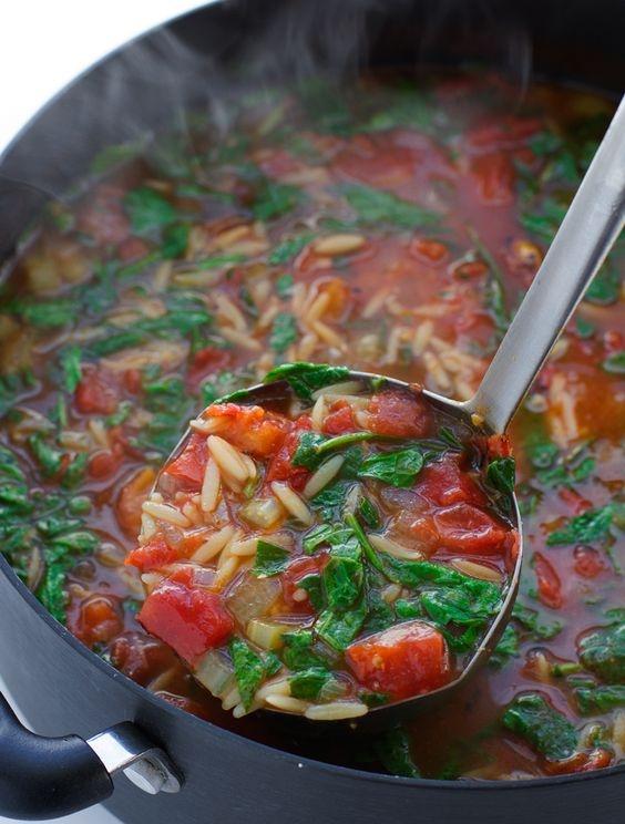 Włoska pomidorowo-szpinakowa zupa z makaronem orzo (4-6 porcji): •2 łyżki oliwy z oliwek •1,5 szklanki posiekanej cebuli •1¼ szklanki marchewki pokrojone w połówki talarków •1 szklanka selera •6 ząbków czosnku (pieczony) •6½ szklanki bulionu warzywnego (lub z kurczaka) •2 puszki krojonych pomidorów z puszki •1 ½ łyżka pesto •1 ½ szklanki orzo •½ łyżeczki suszonego tymianku •½ łyżeczki przyprawy włoskiej (np Kamis) •½ łyżeczki oregano •3 szklanki młodego szpinaku •sól i pieprz do smaku Rozgrzać olej na średnim ogniu. Dodaj cebulę i podsmaż ją przez 4-5 minut, aż się lekko zrumieni. Dodać marchew, seler i pieczonego czosnku i nadal podsmażyć przez kolejne 3 minuty. Dodaj wraz z pomidorami, pesto, orzo, przyprawy (tyminek, włoska, oregano) i mieszaj do połączenia. Zmniejsz ogień i pozwól orzo ugotować się al dente mieszając od czasu do czasu. Tuż przed podaniem dodać młody szpinak i nadal gotować przez ok. 1 minutę. Doprawić do smaku solą i pieprzem. Podawać ciepłe. *Pieczony czosnek można zastąpić świeżym