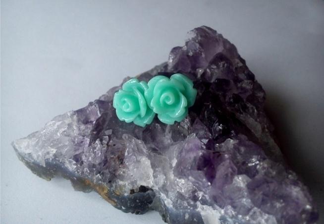 Kolczyki wkrętki - seledynowe róże Wkręty antyalergiczne. Zatyczka sylikonowa.  Róża akrylowa.  Średnica kwiatu 1 cm.  Więcej na stronie fb: Be my beads