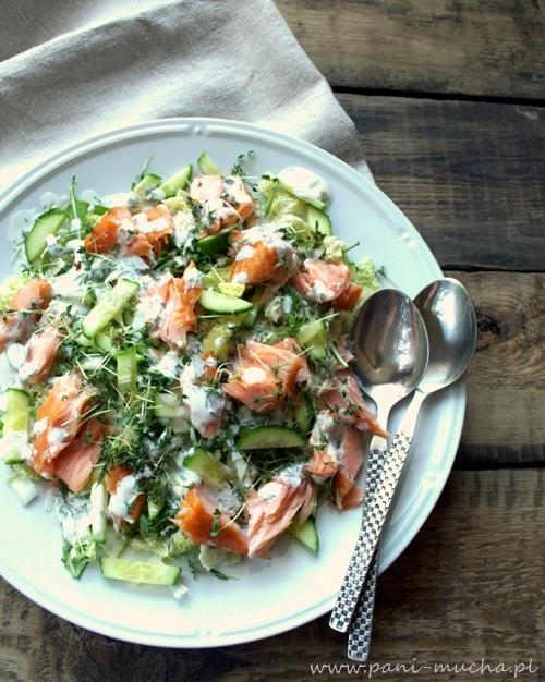 przepis na lekkie wiosenne dania- sałatka z łososiem i sosem chrzanowo-koperkowym- po przepis kliknij w zdjęcie
