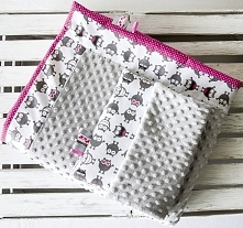 Posiadam do sprzedania nowy ręcznie szyty komplet dla dziecka.Zestaw uszyty jest z tkanin bawełnianych w zabawne stworki-potworki,groszki i minky.Wypełniony jest włókniną antyal...