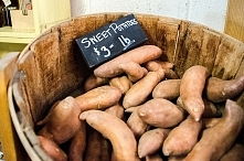Słodkie ziemniaki teoretycznie zna każdy, jednak na naszych stołach zazwyczaj...