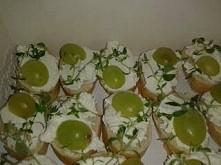 kanapeczki z serkiem kozim, winogronami i świeżym tymiankiem