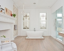 Biała łazienka to również łazienka francuska - zainspiruj się stylowymi oknami oraz... tapetą! Tapeta we wnętrzu łazienki to rozwiązanie nietypowe - pamiętaj, że tapeta musi spe...