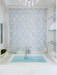 Jasna, biała łazienka z jasnoniebieskim printem na jednej ze ścian - zainspiruj się! Delikatna łazienka o subtelnym designie i prostej aranżacji - to również romantyczna łazienk...