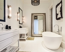 Stylowa łazienka w zawsze modnym, zawsze nowoczesnym zestawieniu czerni i bie...