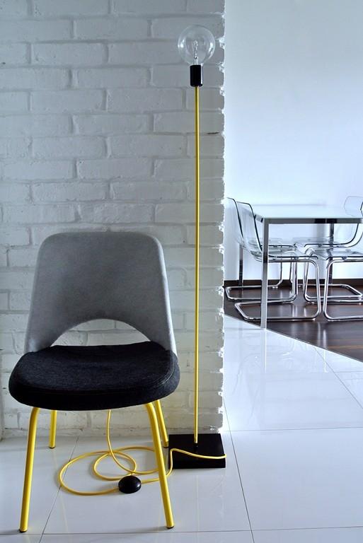 Nowoczesna lampa podłogowa w stylu loftowym świetnie wkomponuje się w nowoczesne surowe wnętrze.