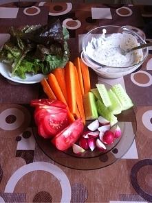 Dziś na kolację zaserwuję sobie warzywka z bardzo dobrym dipem na bazie jogur...