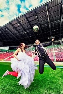 Fotografia ślubna może być także wesoła:) Tu Państwo Mlodzi spełnili swoje marzenie i sesję wykonaliśmy na ich ulubionym stadionie! ->lovefotografia.pl