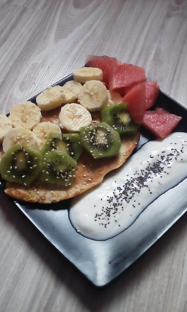 Omlecik owsiany z odżywką białkową owocami i jogurtem naturalnym :)