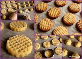"""kruche ciasteczka . składniki na ok. 50 ciasteczek :  150 g miękkiego masła  150 g zwykłego cukru  duża szczypta soli 2 średnie jajka  100 g czekoladowych groszków do wypieków albo posiekanej gorzkiej czekolady ok. 400 g mąki krupczatki  2 łyżeczki rumu .składniki na ok. 50 ciasteczek :  150 g miękkiego masła  150 g zwykłego cukru  duża szczypta soli 2 średnie jajka  100 g czekoladowych groszków do wypieków albo posiekanej gorzkiej czekolady ok. 400 g mąki krupczatki  2 łyżeczki rumu    sposób przygotowania : masło utarłam z cukrem i solą na puszystą masę - można to robić mikserem albo zwykłą pałką w misce.  Ucierając dodawałam po jednym jajku i łyżeczce rumu. Potem powoli dosypywałam mąkę a na koniec czekoladę. Gotowe ciasto było bardzo plastyczne, mięciutkie. Gdyby wydawało Wam się zbyt rzadkie to można je wstawić na pół godziny do lodówki żeby nieco stężało.  Z ciasta formowałam kulki - mniejsze od orzechów włoskich. Układałam je w niedużych odstępach na blasze wyłożonej papierem do pieczenia.  I właśnie w tym momencie do akcji wkroczył wyżej wymieniony tłuczek ! Jego jeden koniec, ten z kratką do rozbijania kotletów, """"maczałam"""" najpierw w mące a potem przykładałam do kulek i naciskając niezbyt mocno spłaszczałam je. Na koniec przy pomocy foremki do wykrawania ciasteczek obcięłam nierówne brzegi - z tych skrawków zrobiłam kolejne ciasteczka.  Blachę z ciastkami wstawiłam do piekarnika nagrzanego do 180 st. C i piec 10-15 minut."""