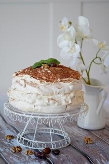 Tort bezowy Dacquoise (dakłas) z daktylami