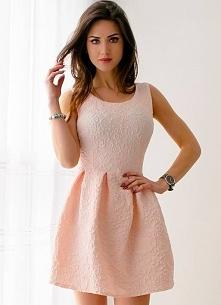 Żakardowa, jasnoróżowa sukienka z kontrafałdami