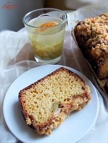 Drożdżowe ciasto z rabarbarem i kruszonką