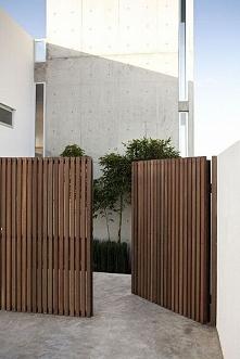 Zobacz jak zaprojektować nowoczesne ogrodzenie domu i zainspiruj się! W nowym poście na blogu u Pani Dyrektor dowiesz się, jak dobrać design ogrodzenia do projektu domu i zagosp...