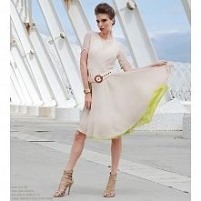 Sukienka szyfonowa z koła z krótkim rękawkiem. Dekolt asymetryczny, rękawek wykończony ukośnie. Spódnica sukienki na trzech warstwach szyfonu, dwóch kremowych i jednej warstwie ...