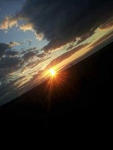 zachód słońca na ziemi a teraz odwróc głowę i spójrz na nie do góry nogami. k...