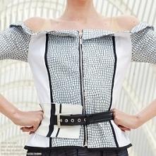 Bluzka bez ramion z lakierowanego dżerseju, zapinana na zamek, dostępna w butiku Łatka fashion.