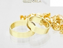 Złote obrączki, płaski profil, piękny symbol.