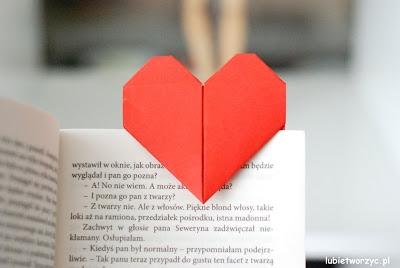 Filmik prezentujący sposób tworzenia zakładki do książki w kształcie serca