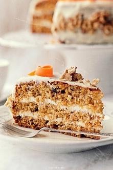 Tort marchewkowy przełożony kremem śmietankowo-kokosowym. Będe piekła na urodziny :)