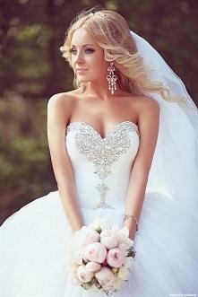 Postanowiłam powrzucać kilka sukien ślubnych, które przypadły mi do gustu :) ...