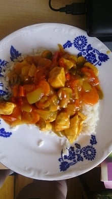 Wczorajszy obiad :D Ryż, pierś z kurczaka, marchewka, cebula, pieczarki i sos...