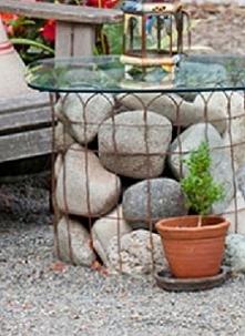 stolik z kamieni polnych