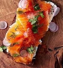 kanapeczki z łososiem. idealna propozycja na śniadanie